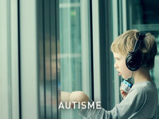 AutismeLes principaux symptômes en sont un attachement inflexible aux habitudes, un comportement rigide, des intérêts limités et des difficultés dans l'interaction sociale.