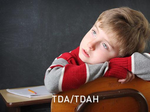TDA/TDAHLes symptômes les plus fréquents du TDA/TDAH sont le déficit de l'attention, l'hyperactivité, une tendance à la distraction et un comportement impulsif.
